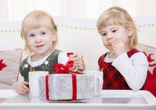 Två gulliga barn på jul returnerar Arkivfoto