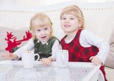 Två gulliga barn på jul returnerar Royaltyfri Bild