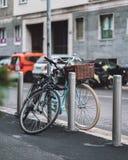 Två gulliga cyklar i gatorna av Milano fotografering för bildbyråer