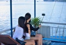 Två gulliga damer gör en selfie royaltyfri foto