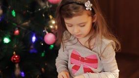 Två gulliga flickor som dekorerar julgranen nytt förberedelseår för 2008 ingredienser roliga flickor som har stock video
