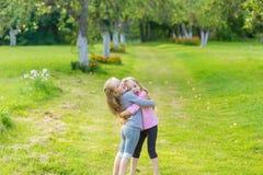 Två gulliga flickor som spelar i medeltalen royaltyfria bilder