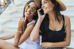 Två gulliga flickor som tycker om sommar Arkivfoton