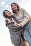 Två gulliga flickor som utomhus går Fotografering för Bildbyråer