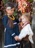 Två gulliga flickor, systrar, standing, holdinghänder Royaltyfri Foto