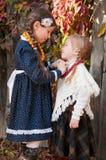 Två gulliga flickor, systrar, standing, holdinghänder Royaltyfri Fotografi