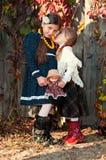 Två gulliga flickor, systrar, standing, holdinghänder Arkivfoton