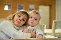 Två gulliga lilla systrar Royaltyfri Fotografi