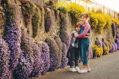 Två gulliga lyckliga unga ungar som tillsammans utomhus spelar Royaltyfri Fotografi