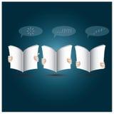 Två händer öppnar boken till att läsa Arkivbild