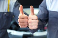 Två händer för bilmekaniker Royaltyfri Fotografi
