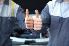 Två händer för bilmekaniker Arkivfoto