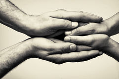Två händer - omsorg arkivfoto