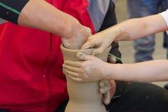Två händer som gör krukmakeri Royaltyfri Foto