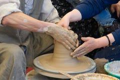 Två händer som gör krukmakeri Royaltyfria Foton