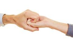 Två händer som rymmer sig royaltyfri foto