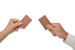 Två händer som rymmer tomma tomma kort isolerade Arkivbilder