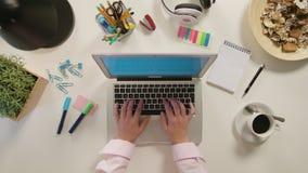 Två händer som skriver på bärbara datorn royaltyfri fotografi