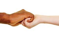 Två händer som tätt rymmer royaltyfria bilder