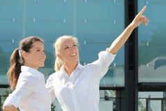 Två härliga affärskvinnor som talar om karriär Arkivbild
