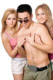 Två härliga blonda kvinnor med den unga mannen Arkivfoton