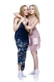 Två härliga flickor i nattkläder Royaltyfri Bild