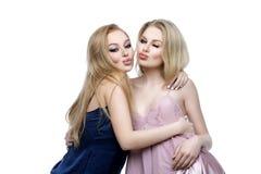 Två härliga flickor i nattkläder Royaltyfri Fotografi