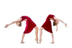 Två härliga flickor som gör dansbackbenden Arkivbilder