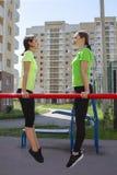 Två härliga flickor som gör deras konditionutbildning arkivfoton