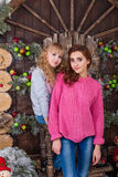 Två härliga flickor som poserar i julpynt Arkivfoton