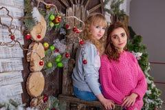 Två härliga flickor som poserar i julpynt Arkivbilder