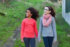 Två härliga flickor som tar en gå Fotografering för Bildbyråer