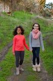 Två härliga flickor som tar en gå Royaltyfri Fotografi