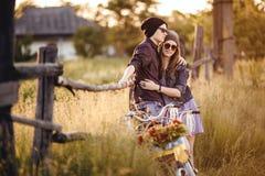 Två härliga hipsters som står utomhus- Royaltyfri Foto
