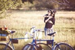 Två härliga hipsters som står utomhus- Royaltyfri Fotografi