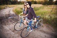 Två härliga hipsters som står utomhus- Royaltyfria Foton