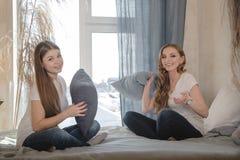 Två härliga kvinnliga vänner har gyckel inomhus Kvinnligt kamratskap Royaltyfri Fotografi