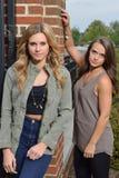 Två härliga kvinnligmodeller poserar Royaltyfri Bild