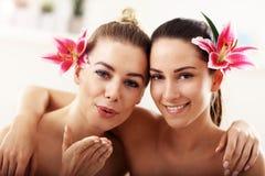 Två härliga kvinnor i brunnsort royaltyfri foto