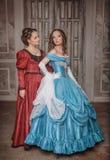 Två härliga kvinnor i medeltida klänningar Arkivfoton