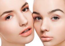 Två härliga modeller med naturlig skönhetmakeup Royaltyfria Bilder