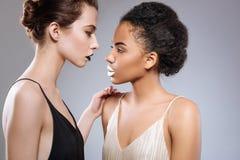 Två härliga modeller som accentuerar deras skillnader Royaltyfria Foton