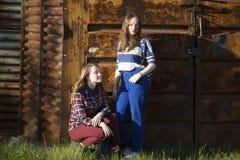 Två härliga tonårs- flickor på bakgrunden Fotografering för Bildbyråer