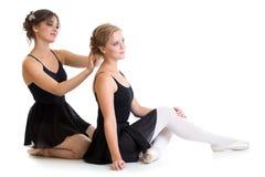 Två härliga unga dansare som förbereder sig för utbildning tillsammans Royaltyfri Foto