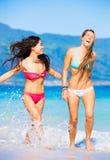 Två härliga unga flickor på stranden Arkivfoto