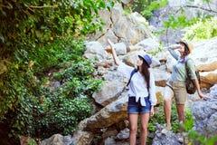 Två härliga unga flickor reser i bergen och tycker om sikten av landskapet av gröna träd Royaltyfri Foto