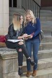 Två härliga unga kvinnliga studenter tillsammans på universitetsområde arkivbilder