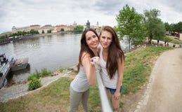 Två härliga unga kvinnor som gör selfie royaltyfri foto