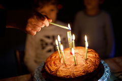Två härliga ungar, små förskole- pojkar som firar födelsedag och blåser stearinljus Fotografering för Bildbyråer