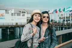Två härliga vänner som står på hamnplatsen fotografering för bildbyråer